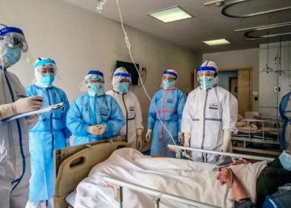 врачи осматривают больного с осложнениями коронавируса