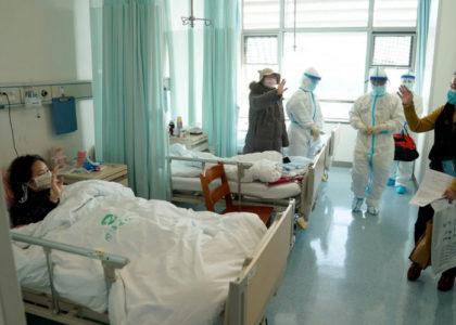 Пациент с коронавирусом покидает больницу