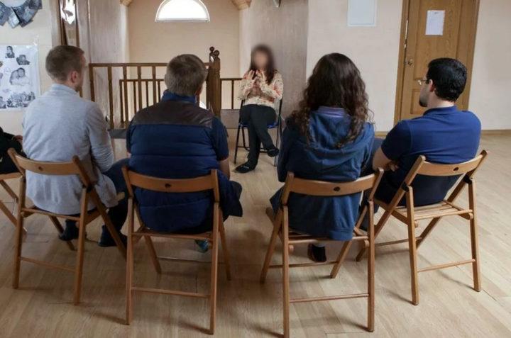Занятия в группе с психологом при лечении алкоголизма